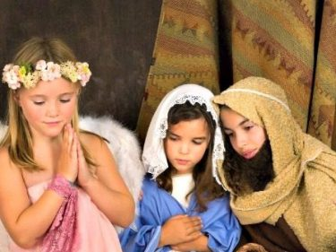 Atheist Group 'Bullies' Public School into Cutting 3rd Grade Live Nativity from Christmas Show | Breitbart