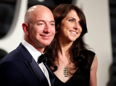 Jeff Bezos Beats Bill Gates as World's Richest, Thanks to Your Amazon Holiday Splurge