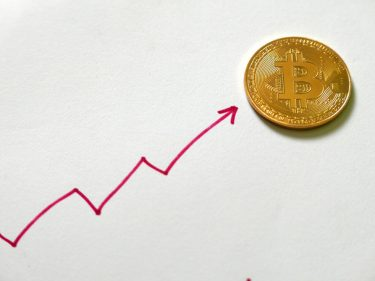 bitcoin-dumps-retreat-with-$9,000-rally-imminent,-analysts-predict