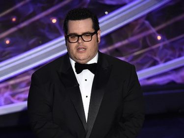 Josh Gad Mocks 'Climate Deniers' with 'Frozen 2' Joke at Oscars