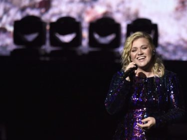 I Dare You to Admit Kelly Clarkson Phoned Her New Single In