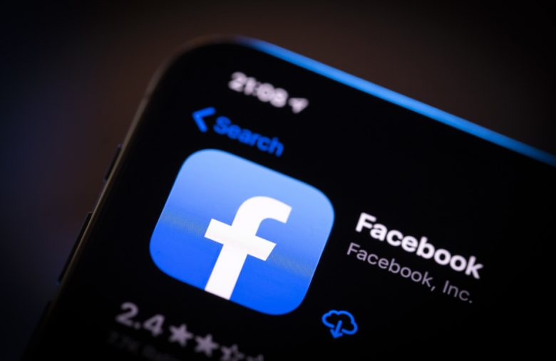 Facebook is testing a dark mode in its mobile app