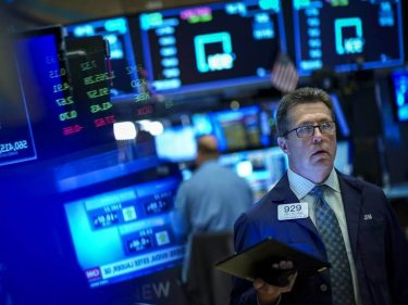 Dow Sways as Hedge Funds Call Trump's Recovery Bluff